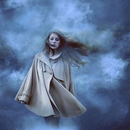 Фото Девушка в пальто идет сквозь туман (© Seike), добавлено: 27.04.2013 13:34