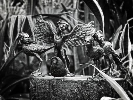Фото Птичка сидит на пне в окружении оловянных статуэток в виде гарпий (© eka_terinka), добавлено: 01.04.2013 08:51