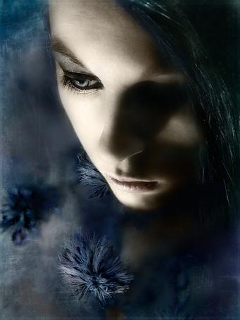 Фото Грустная девушка с синими цветами, фотограф Виктория Симс / Victoria Sims (© SK), добавлено: 02.04.2013 11:18