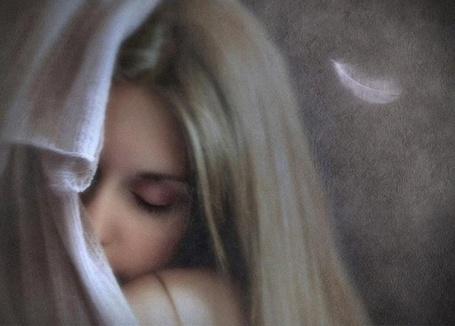 Фото Девушка с закрытыми глазами, которую прикрывает с одной стороны белая блуза и перышко (© ), добавлено: 02.04.2013 17:02