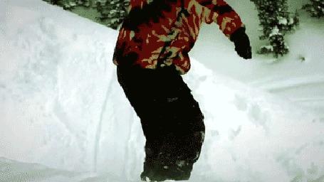 Фото Сноубордист катается по снегу через трамплины