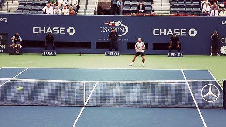 Фото Спортсмен играет в большой теннис