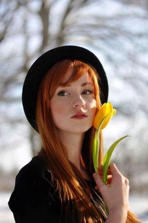 Фото Рыжеволосая девушка в шляпке с желтым тюльпаном у лица (© ), добавлено: 05.04.2013 07:26