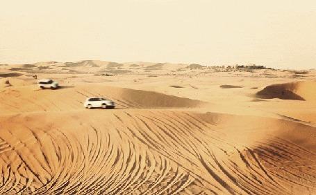 Фото Три машины принимают участие в гонке через пустыню