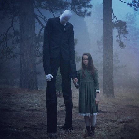 Фото Девочка идет по лесу, держа за руку странного мужчину
