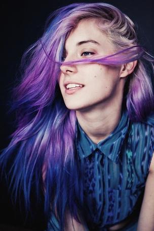 Фото Девушка в синей рубашке и фиолетово-синими волосами