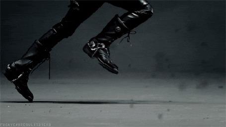Фото Мужчина в черном бежит навстречу летящим воронам