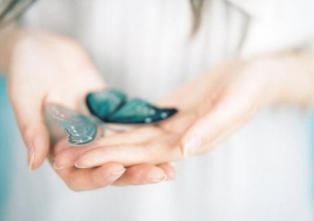 Фото В руках девушки голубая бабочка (© ), добавлено: 07.04.2013 01:38