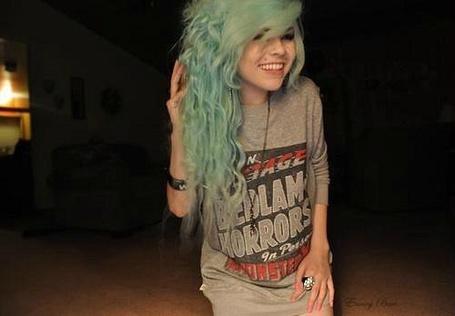 Фото Девушка с длинными, голубыми волосами широко улыбается