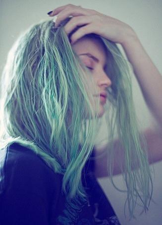 Фото Девушка с голубыми волосами, проводит по ним рукой