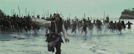 Фото Джонни Депп / Johnny Depp в роли харизматичного авантюриста, капитана Джека Воробья в фильме Пираты Карибского моря / Pirates of the Caribbean убегает от дикарей
