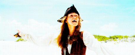 Фото Элизабет Суонн / Elizabeth Swann в фильме Пираты Карибского моря / Pirates of the Caribbean падает на песок