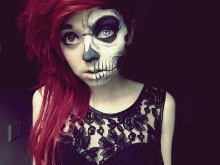 Фото Девушка с красными волосами, и рисунком на пол лица в виде скелета