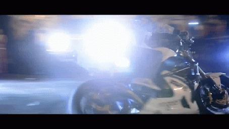 Фото Байкер на мотоцикле показывает свое мастерство