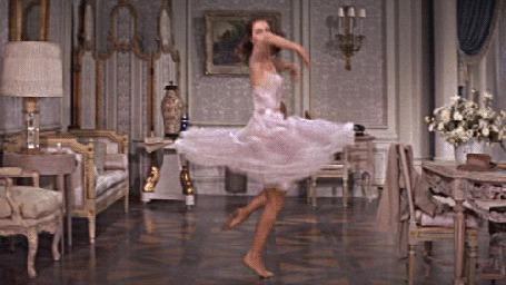 Фото Девушка в белом платье кружится посреди комнаты (© ), добавлено: 10.04.2013 10:25