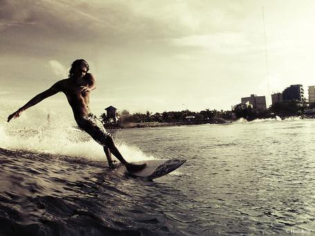 Фото Парень занимается серфингом недалеко от города