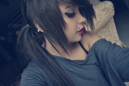 Фото Девушка с ярким макияжем, в кофте с открытым плечом и с пирсигом над губой