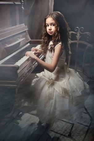 Фото Луиза Габриэла Бровина из сериала Закрытая Школа играет на пианино