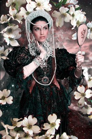 Фото Девушка в наряде эпохи Возрождения смотрится в зеркальце в окружении цветов, фотограф Alfred Joseph Barrera / Альфред Джозев Баррера (© eka_terinka), добавлено: 11.04.2013 12:18