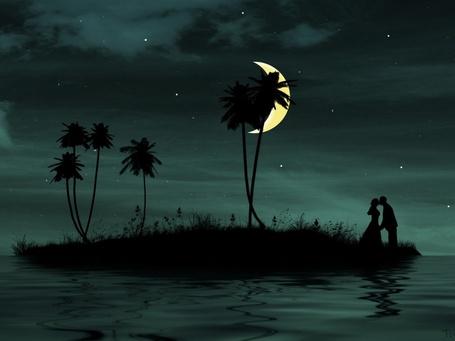 Фото Парень и девушка, находящиеся на небольшом острове, целуются на фоне звездного ночного неба и желтого полумесяца