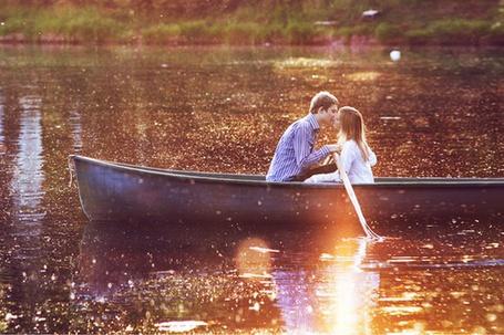 Фото Девушка с парнем целуясь плывут на лодке (© Black Tide), добавлено: 12.04.2013 16:00