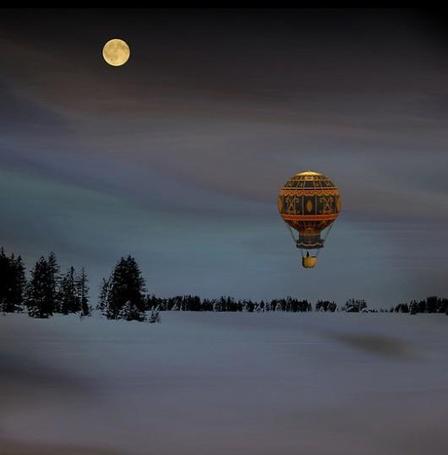 Фото Воздушный шар над заснеженным полем