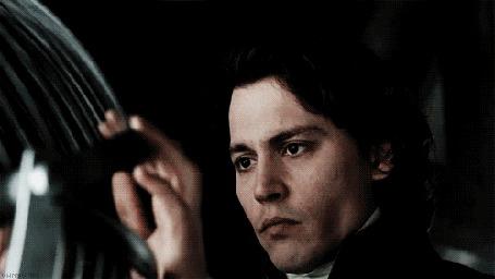 Фото Актер Johnny Depp / Джонни Депп выпускает птицу из окна в фильме Sleepy Hollow / Сонная лощина