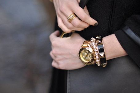 Фото Девушка с украшениями на руках (© Black Tide), добавлено: 15.04.2013 18:35