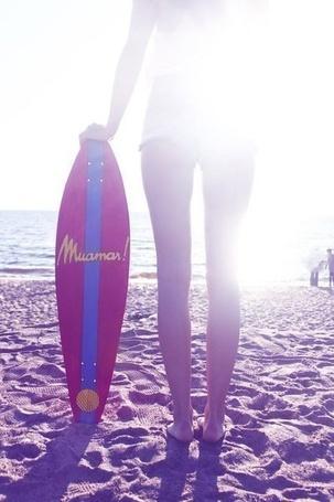 Фото Девушка с доской для серфигна стоит и смотрит на море (© JuliaKonor), добавлено: 15.04.2013 22:37