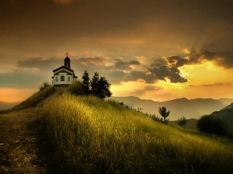 Фото Небольшая церковь на холме (© Венджинс), добавлено: 18.04.2013 10:39