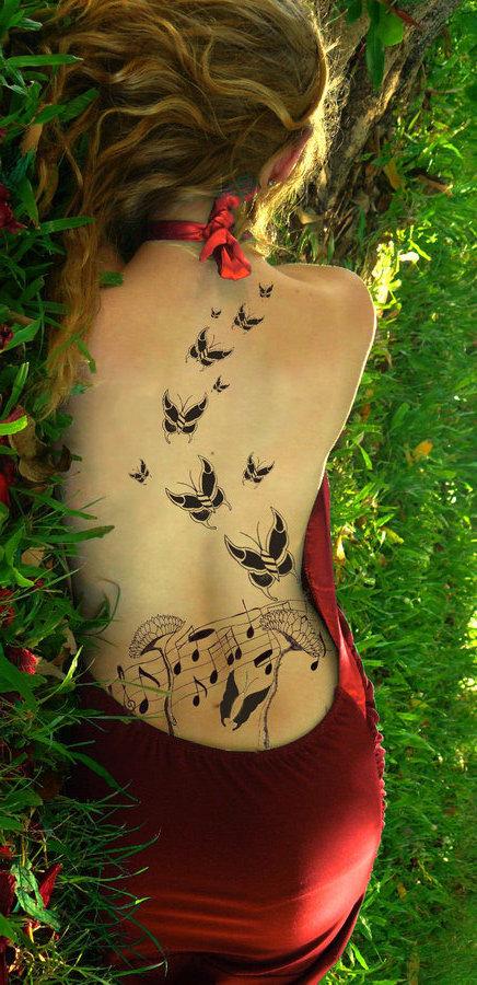В виде бабочек цветов и нотного стана
