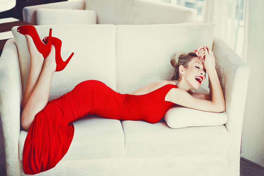 В Красном Платье На Диване