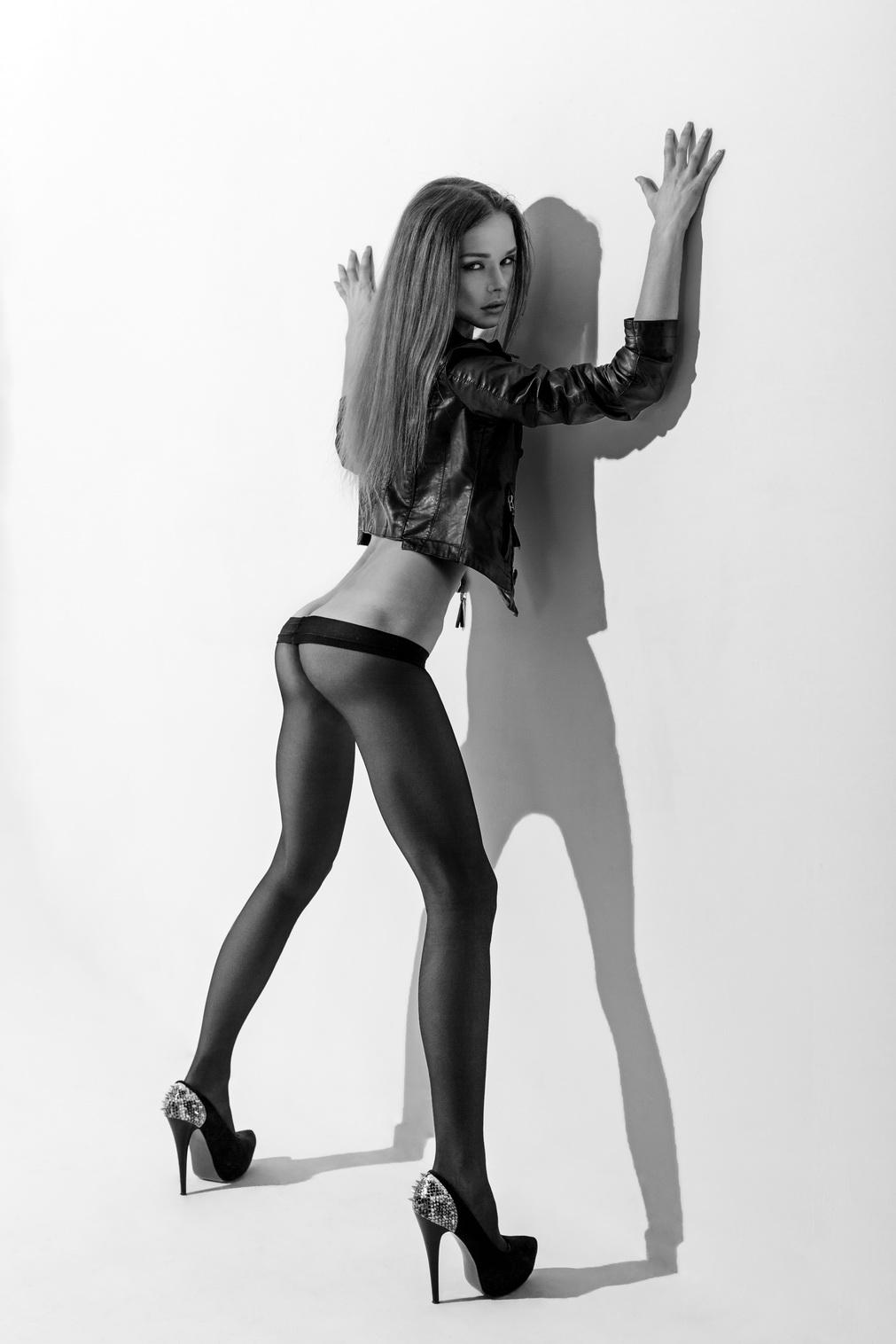 Голые девушки в черных колготках 1 фотография
