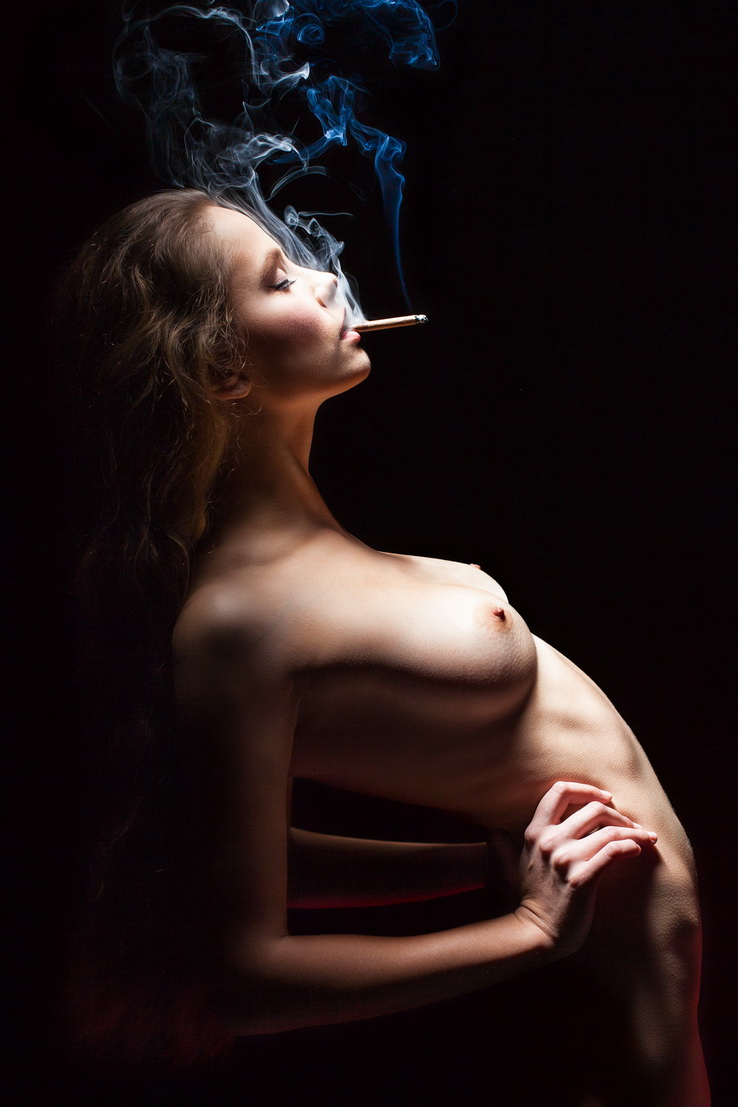 Naked weed smoking females — photo 11