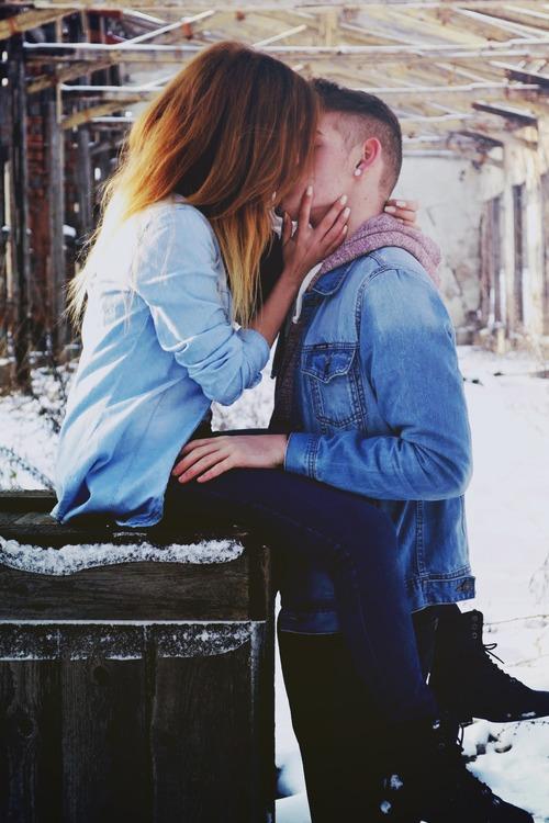 Картинки на аву девушка и парень целуются