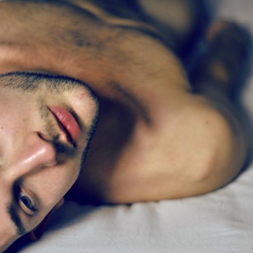 Фото мужчина на кровати