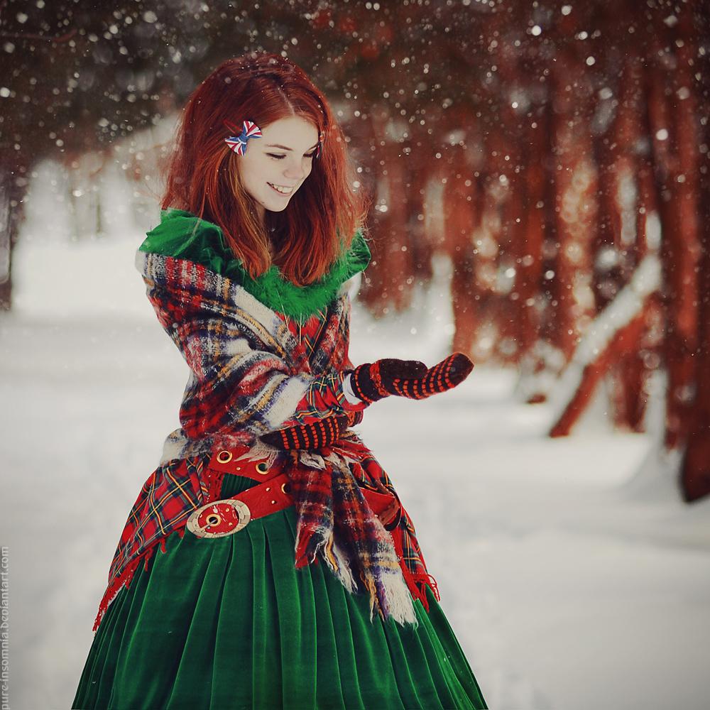 Рыжая девушка в зеленом платье 7 фотография