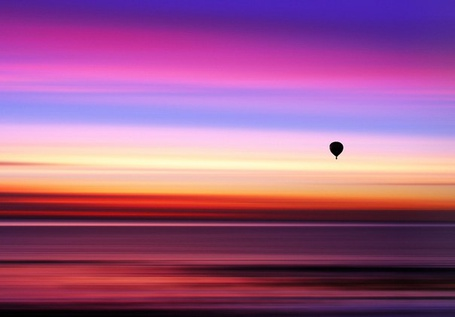 Фото Воздушный шар летит на фоне сине-розового неба, фотограф Mojaa Neddo