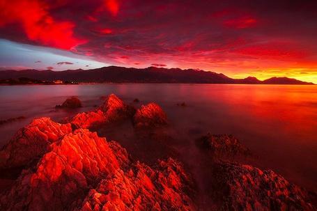 Фото Море на фоне красного заката и гор, Каикоура, Новая Зеландия / Kaikoura, New Zealand, фотографы Дилан Тох и Марианн Лим / Dylan Toh & Marianne Lim (© ), добавлено: 01.05.2013 11:17