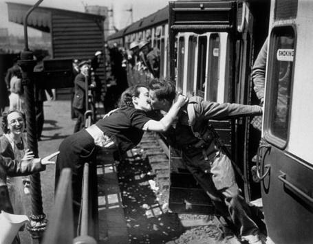 Фото Девушка прощается с уезжающим на войну солдатом