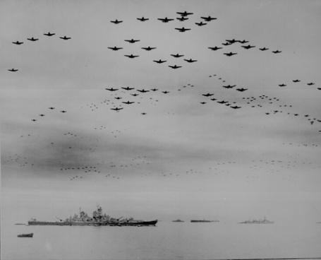 Фото Военный корабль США Миссури, над которым летят F4U и F6F в формировании во время церемонии сдачи, Токио, Япония / Tokyo, Japan 1945 / 09 / 02