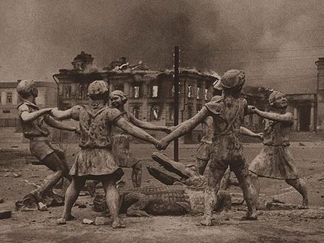 Фото Статуя играющихся детей, с крокодилом в центре, на улицах Сталинграда / Stalingrad