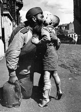 Фото Солдата с бородой после войны встречает босоногий сын с перевязанной ногой