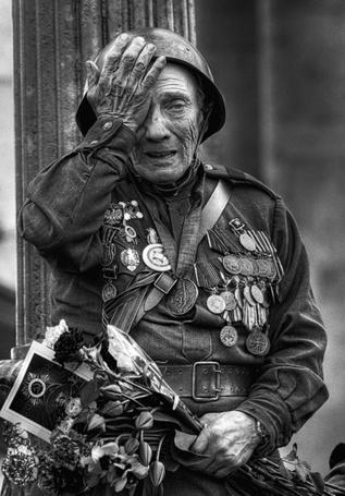 Фото Ветеран Великой Отечественной Войны вытирает слезы во время празднования дня победы