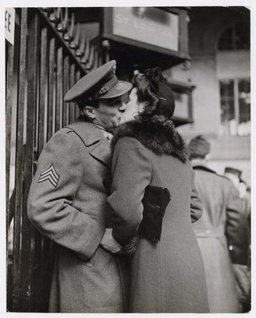 Фото Женщина целует своего мужа, прощаясь с ним, фотограф Alfred Eisenstaedt