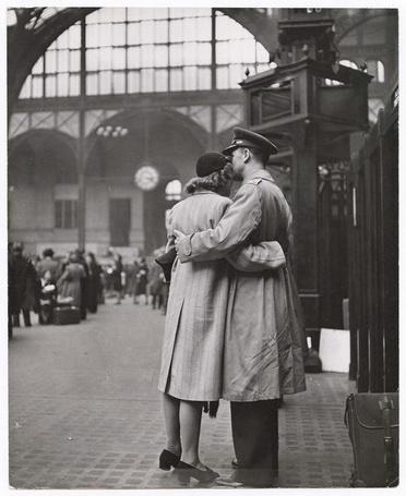Фото Женщин стоит в обнимку со своим мужчиной на вокзале, фотограф Alfred Eisenstaedt