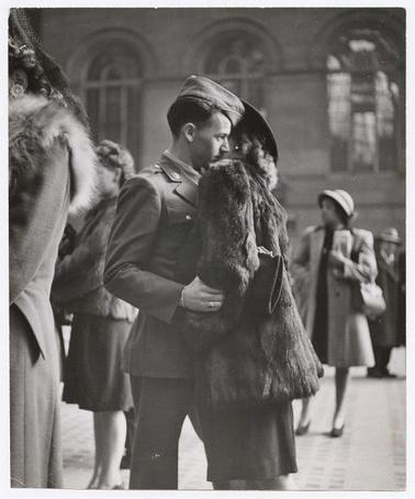 Фото Женщина в шубе обняла своего мужа солдата прощаясь с ним, фотограф Alfred Eisenstaedt