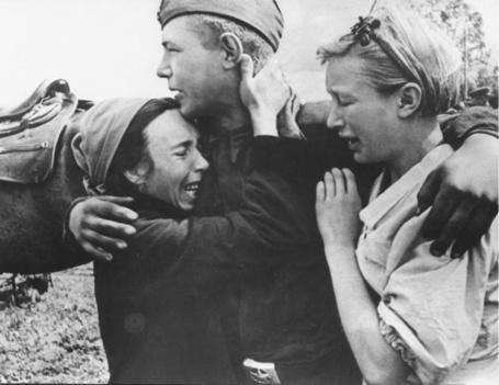 Фото Мать и сестра прощаются с солдатом