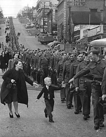 Фото Ребенок бежит к отцу который идет в колонне солдат (Premier Hotel)