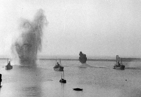 Фото Немецкие бомбы не попадают в цели и взрываются в море во время воздушного налета на Дувр, Англия / Dover, England июль 1940 года